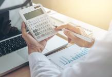 What is the difference between fixed and variable costs in business expenses