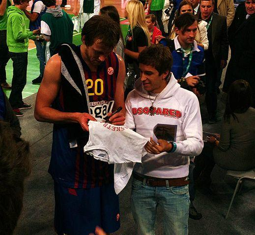 Australian basketballer JoeIngles signing autograph