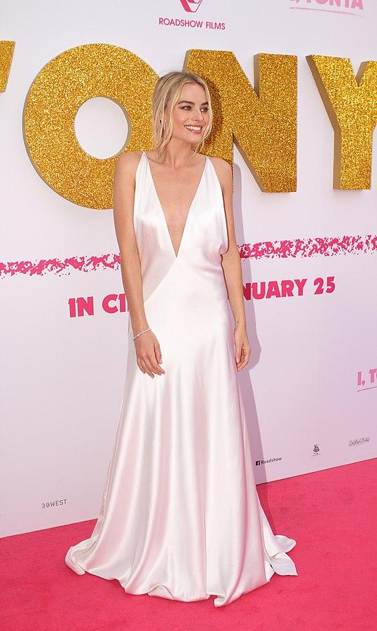 Margot Robbie plays Queen Elizabeth 1