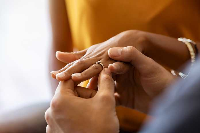 How to wear a wedding and engagement ring set