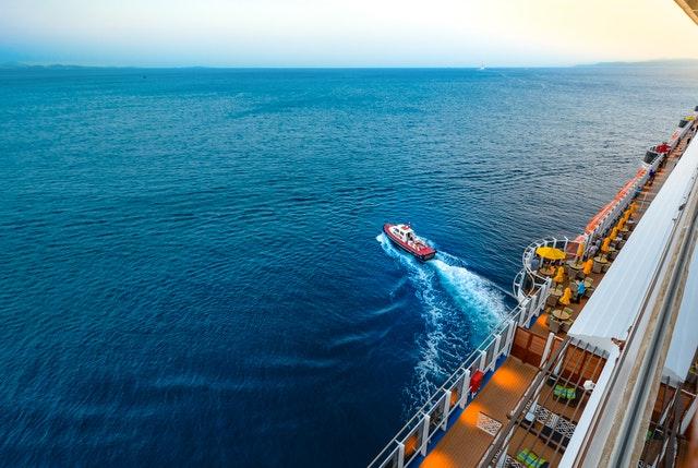 A boat leaving a 2022 Australian cruise ship.
