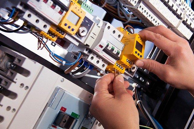 An emergency Gold Coast electrician fixing.
