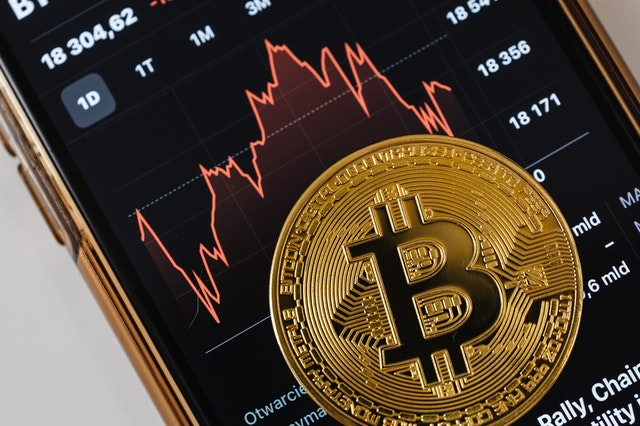 Bitcoin cryptocurrency on a phone with rates avoiding scams.